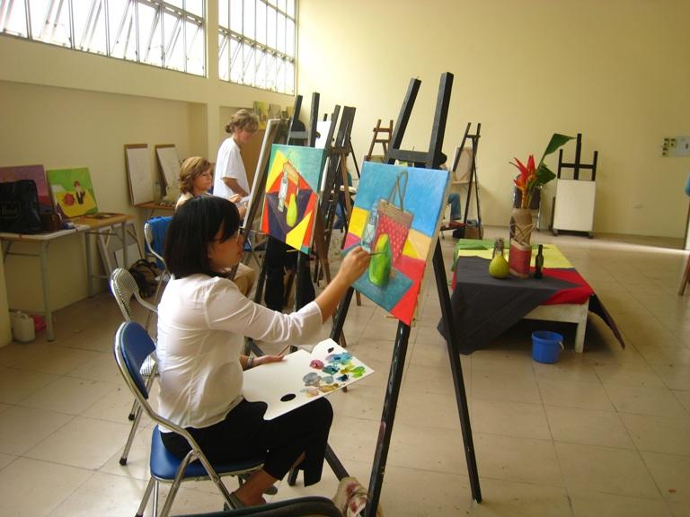 Sinh viên trường đại học Mỹ thuật Việt Nam trong giờ vẽ tranh tĩnh vật
